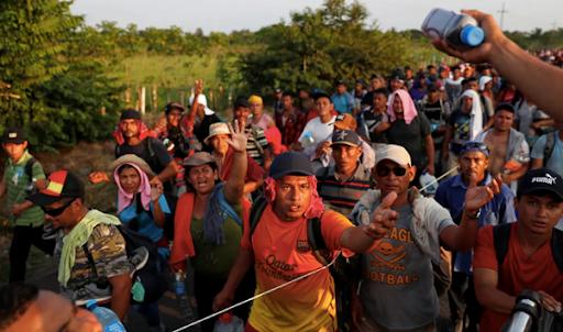 Inmigrantes de camino a los EE.UU. que reciben provisiones.