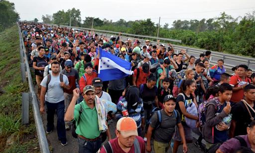 Inmigrantes de Centroamérica y Cuba caminan en una autopista hacia los EE.UU.